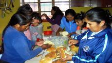 mujeres cocinando en la escuela