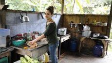 voluntaria en la cocina