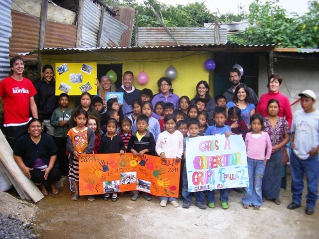 Voluntarixs y niñxs durante la despedida