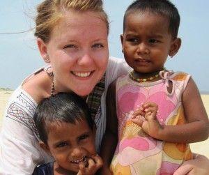Voluntaria con niños